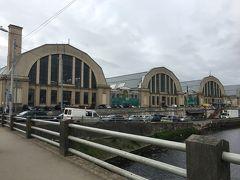 初日にもチラ見してた中央市場の姿がこちら。  ちょうど私が建物前に着いた頃、チャイナ国の団体さんがご到着。 この波に巻き込まれたら先に進めなくなるかも!と思った私、地元客のあとについて彼らが入るのとは別の建物から入りました。