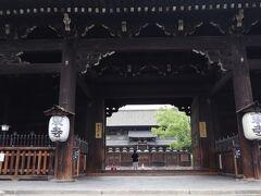 いよいよ東寺の中へ。 重厚感のある「南大門」から入ります。