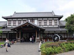 駅の左手前に見えた、レトロ感のある建物。 「京都鉄道博物館」でした。 今回は寄れなかったけど、鉄道好きの方はかなり魅力的な場所らしい。