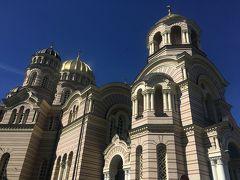 こちらは「救世主生誕大聖堂」というそう。 旧ソ連時代には、なんとプラネタリウムとして使用されていた建物なんですって。 えーーー   金ぴか具合はロシア正教っぽい雰囲気ですが、外壁の色合いとかはシックで落ち着いてていい感じでした。