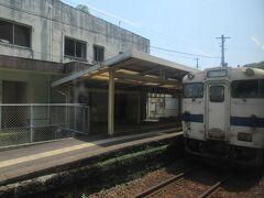 山川駅。13時23分着。 反対側には山川駅始発の鹿児島中央行きが出発時刻を待っていました。