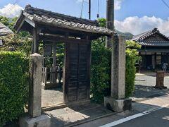 少し行ってから右に進むと  伊藤博文宅に到着  門の中が旧宅  右手奥に見えるのが別宅・資料館でした