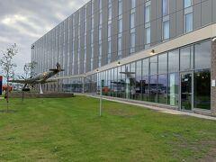 エディンバラ空港近傍(距離約400メートル、徒歩5分)のHampton by Hiltonホテル。  正面に第2次世界大戦の戦闘機、スピットファイアが展示されていました。
