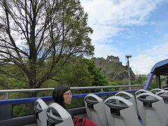 Edinburgh Bus Toursのバスから撮影したエジンバラ城。  The Royal Edinburgh Ticket(60歳以上なのでConcession料金の50ポンド)を利用して、ツアーバスで、ロイヤルヨットブリタニア号を見に行く途中、死火山の岩体の上に築城されたエジンバラ城を撮影。