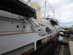 ロイヤルヨット ブリタニア号の左舷。  大きすぎて、全体が写真にはいらないですね。
