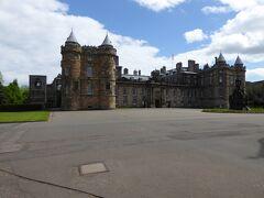 The Palace of Holyroodhouse.  あいにく訪問した時は、改修工事中で内部にははいれませんでした。 かわりに、The Queen's Galleryを見学しました。