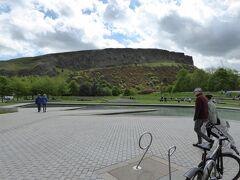 Arthur's Seat(アーサー王の玉座)遠景。  国会議事堂の前をすぎて、Arthur's Seatをめざしてハイキングです。