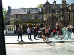 Greyfriars Bobby Statue.  スコットランド版の「忠犬ハチ公」の銅像。 ツアーバスの中から撮影。