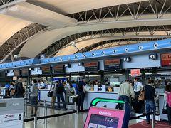 自宅を朝6時に出発し、出勤前の主人に神戸空港のベイシャトル乗り場まで送ってもらいました。 予想外に道が混んでいて、6時半の便にギリ乗船。  7時半過ぎ、荷物預けを完了し身軽になれました。