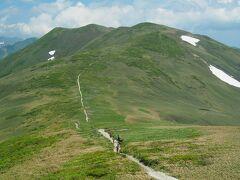 しかし今日の目的はここから。仙ノ倉山に続く稜線の鞍部のお花畑へ向かいましょう。
