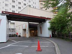 タクシーで約15分。  「登別温泉 第一滝本館」に到着!。事前に旅館側からは連絡があり、正面入り口が改修工事中ということで、日帰り入浴の入口から入ります。