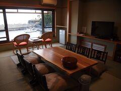 今回は新規開拓! 『海が庭みなとや』さんに宿泊します! 4部屋のみの小さな旅館。 目の前は港です。