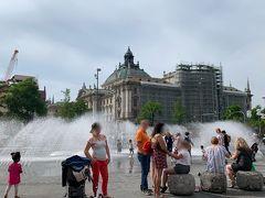 そして広場の噴水では、子供たちが水遊びを楽しんでいます。 この日は朝からお天気も良く、気温も高かったようでした。