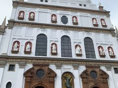 少し進むと左手に「ミヒャエル教会」が現れました。  白いファザードには、歴代ローマ皇帝や聖人の像が並んでいます。
