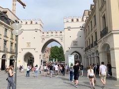 17時頃にホテルを出発、軽くミュンヘンの街歩きを始めました。 とりあえず駅からまっすぐ進み、カールス門目指して歩いて行くことにしました。  おおーーー、あれがカールス門ね!