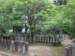 木葉にも官軍墓地があります。 JR木葉駅から徒歩5分程度。  レンタカーではなく、電車で回る場合には、一番アクセスのいい官軍墓地です。