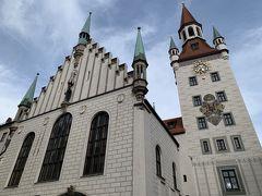 さらに東に進むと、おもちゃ博物館の入っている、旧市庁舎の塔が見えます。  旧市庁舎は新市庁舎とまた趣が違います。 とっても可愛らしい感じ…