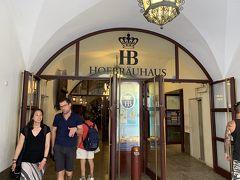 さてお腹も空いて来たので、娘おススメの有名なホフブロイハウスに行ってみました。