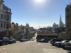 Broadway通りを180度反転して振り返ると、サンフランシスコ湾を 眺めることができます。  写真正面に見えるのが、サンフランシスコとオークランド間を結ぶ 吊り橋の『San Francisco-Oakland Bay Bridge(サンフランシスコ・ オークランド・ベイブリッジ)』(通称、「ベイブリッジ」)で、 岡山県倉敷市と香川県坂出市を結ぶ『瀬戸大橋』が開通するまでは 世界一長い吊り橋だったことでも知られています。