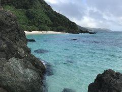 ビーチの端のほうには岩場も。 透明度高いー★ でも風強くて流れ早そう