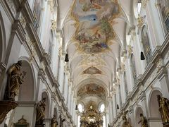 こちらは聖ペーター教会。  教会に足を踏み入れた瞬間、煌びやかな金の装飾と、美しい天井画が目を引きました。