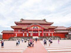 高校の修学旅行ぶりの首里城!! なんだか、記憶の中の姿よりずっと綺麗になっています。 朱の色が鮮やか!!