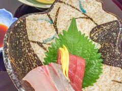 この日はホテル内の佐和という日本食・沖縄料理レストランを予約してました。 旅行パックに1食分の夕食券がついていたので、そちらを使わせてもらいます!  まずはお刺身と島豆腐!