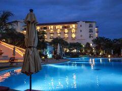 暗くなるまで見届けて、満足して部屋へ。 帰りがてらのホテルのプール。 雨が降ってないって素晴らしい笑