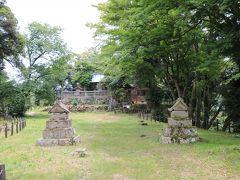 そして本丸!40分近く歩いて辿り着きました。 一番奥は勝日高守神社です。 シマヘビがお出迎えしてくれました…