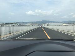 早速、空港内のカウンターでレンタカーを借りて出発。 1人だし、1日だけだし、安いクルマを…と思っていたら、タイムズカーレンタルで日産ノートが3,500円でレンタル出来ました! 米子空港を出て、江島大橋~大根島~松江市内へと移動していきます。 目的地は、国宝・松江城です。