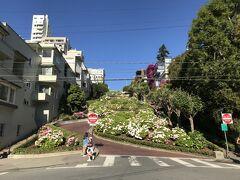 アメリカ・サンフランシスコ『Lombard Street』  『ロンバードストリート』の写真。  ロシアン・ヒル地区内の「Hyde St.」(ハイド・ストリート)と 「Leavenworth St.」(レブンワース・ストリート)間の1ブロックは、 「世界一曲がりくねった坂道」と言われています。  この区間はレンガ敷きで、下り(Hyde St.からLeavenworth St.方向) のみの一方通行になっていて、両端に歩道(階段)が設けられています。  この写真のように下側(Leavenworth St.)から上側(Hyde St.)に 向かって、青空と一緒に『ロンバードストリート』の写真を撮る場合は、 順光の時間帯の午前中に出向くことをお薦めします (^^♪ 午後は逆光になってしまいます。