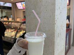 空港内に入っているミルミル本舗で、搾りたてミルクを購入。これが甘くて濃厚なんだよね。300円くらい。みんなここはジェラートの店と思ってるだろうけど、実は一番は牛乳。後日本店にも行く。むしろ八重山旅には本店が必須。