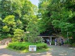 飛鳥駅からまずは歩いて高松塚古墳へ。 この日は、ウォーキングのイベントがあったのか同時刻に同じ方向に大量の人が歩いてました。 ウォーキングはやってるんだね。  高松塚古墳のある公園の中を進むと、高松塚壁画館に到着。
