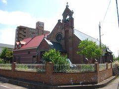 左へ一本道を入って行くと赤煉瓦造りの教会が「弘前昇天教会」、  大正9年築のプロテスタント系のキリスト教の聖堂。  一瞬ロンドンの町中の様な…、文明開化の賜物です。