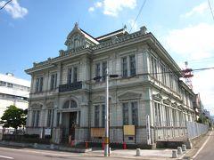 """すぐ前の""""市民中央広場""""に建つ重厚なルネッサンス調は「青森銀行記念館」、  明治12年設立の旧第五十九銀行本店、すなわち県下初の全国で59番目の国立銀行 なんですね。"""
