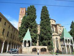 フィレンツェからバスで、ボローニャに着きました。  「サンフランチェスコ教会」      青い三角屋根の建物の中には、石棺が納められていました。