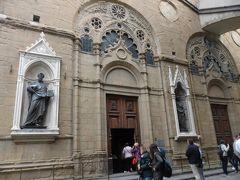 「オルサンミケーレ教会」     外壁に彫刻が飾られています。