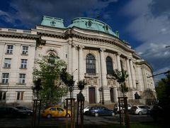 よく見るソフィア大学といえばこっちかな。 ソフィア大学は、ブルガリアで初めて創設された高等教育機関。 この建物は19世紀に建てられたとか。