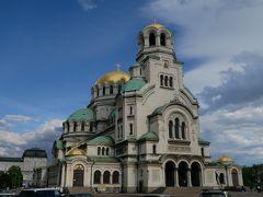 で、再びアレクサンダル・ネフスキー寺院に戻ってきた。 ここはバルカン半島で最も美しいと称される教会。 収容人数は5000人、高さは60メートルで12の黄金のドームを持つネオ・ビザンツ様式の大きな教会。