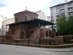 じゃあと次に聖ゲオルギ教会に行ってみる。 ここはビルに囲まれた教会。 正方形の基礎部分の上に円錐形の建物が建てられた、ロンダと言われる珍しい形。