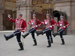 絵に描いたような軍服で更新する姿は観光客にはたまりません。