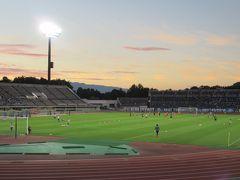 夏の夕暮れ。山の稜線がきれいなスタジアムでナイターです。