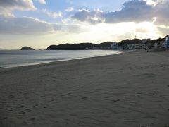 「篠島サンサンビーチ」 美しい砂浜が800m続き、島の人びとは前浜(ないば)と呼んでいます。 ウミガメが産卵に来ることもあるそうです。