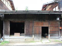 19世紀初頭に建てられた長屋の一部。左右の建物が取り壊されて建て替えられたことから、左右の半分づつが一軒の家として使用されていました。(町文化財)