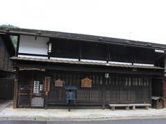 郵便資料館 島崎藤村『夜明け前』にも開局当時の様子が描かれている妻籠郵便局。現在の建物は、昭和53年度に郵政本省建築部の指導で復元され、同時に局前のポストも、全国で唯一の黒いポストが復元されました。郵便史料館は、郵政研究所の指導のもとに、地元の方々のご協力を得て 昭和60年に開設されました。資料は約270点(ただし1部は随時入れ替え)。