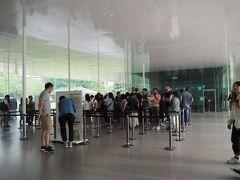 もう一度21世紀美術館へ。相変わらずの混んでるチケット売り場。この日は20時まで開いている日だったのですが・・・、現代のモダンアートにあまり興味が無いので無料の展示だけ見て来ました。