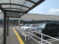バスまで少し時間があったのですぐ近くのスーパーへ飲み物を買いに。 あとでわかったことですが、この場所が鹿児島交通の枕崎駅の跡地だったみたいです。