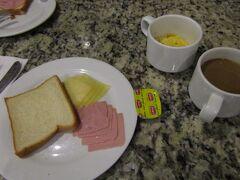 ★★★★ 12/16 ★★★★ ペルー>リマ>EL TAMBO Ⅱ ホテル内の1階レストランで朝食です。 早朝出発です。団体観光客が何度も宿泊し、ホテル側も慣れていますね。 「ナスカ地上絵」の1日観光です。チェックアウトは早朝の出発前ですが、大型スーツケースはホテルフロントに預けます。1日観光後、再度、ホテルに戻ってきます。戻ってからもスーツケースを開けて荷物整理ができます。客室には入れませんので、ホテルロビーでスーツケースを開けることになります。