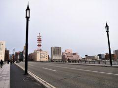 ここへ来ると2年前を思い出しますね~ オーヤシクタンさまと人情横丁で焼きサンマを肴に朝酒して萬代橋を渡ってから別れ、オーヤシクタンさまは新日本海フェリー乗り場へ、私は新潟駅へそれぞれ向かいました。  ■旅行記 ・オーヤシクタンさま 日本縦断スペシャル2017 (東日本編) その3 トラベラーと「宴」 BO緊急国際平和親善「宴」in新潟。  https://4travel.jp/travelogue/11246234 ・BTS(私) [青春18きっぷ 2017春 (番外-前編)] 出逢い、そして別れ…Oさまとの二人旅を終えて一人旅を再開! 【白新線・羽越本線】  https://4travel.jp/travelogue/11315330