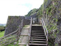 浦添ようどれ  木組みの階段が整備されています。